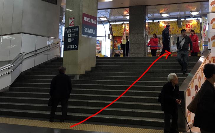 名鉄名古屋駅コインロッカー中央改札からチャンスセンターに向かう写真