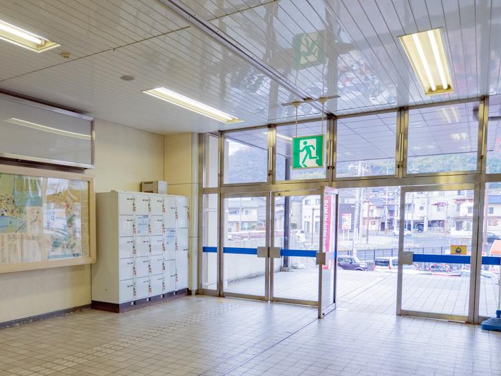 新尾道駅のコインロッカーと北出口のようす