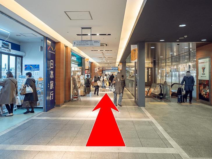岡山駅 さんすてとホテルグランビア連絡通路のコインロッカーへの行き方 さんすて入口から直進