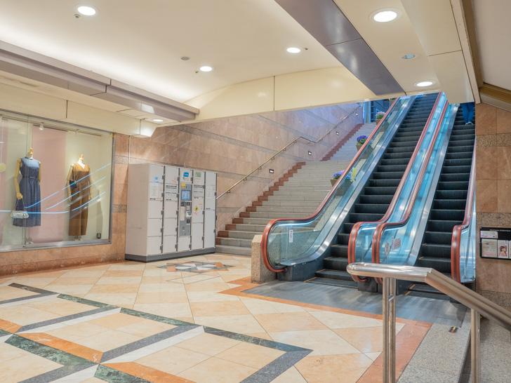 岡山駅 岡山一番街 サンフェスタ岡山 連絡階段のロッカーのようす
