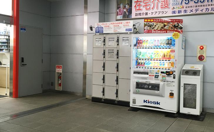 大垣駅のコンビニ横のコインロッカーの写真