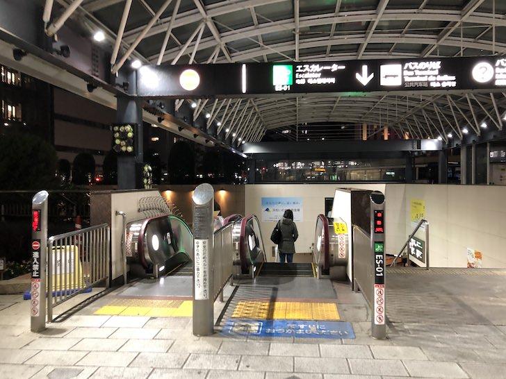 浜松駅北口にある地下へ降りるエスカレーターに乗る
