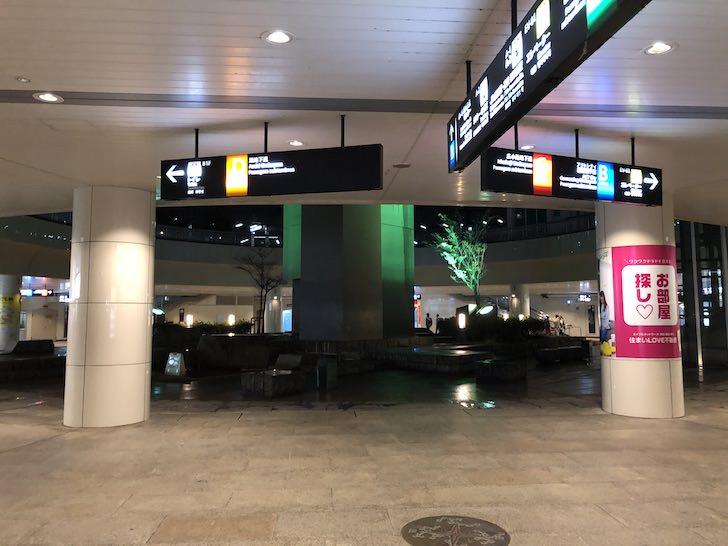 バスターミナル地下の円形広場がこちら