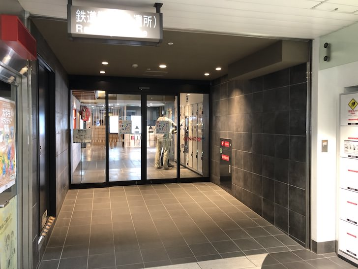 東館駅南通路(西側)の奥の自動ドア先にコインロッカーがあります